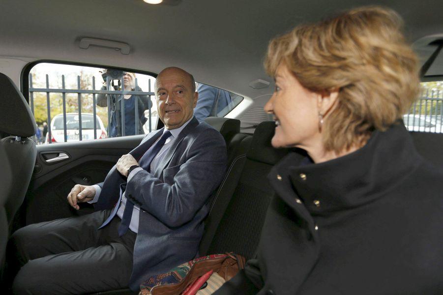 Alain et Isabelle Juppé quittent le bureau de vote, dimanche