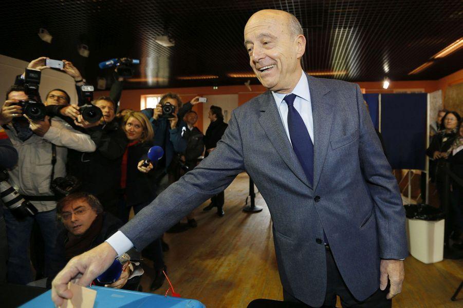 Alain Juppé au moment de voter, à Bordeaux