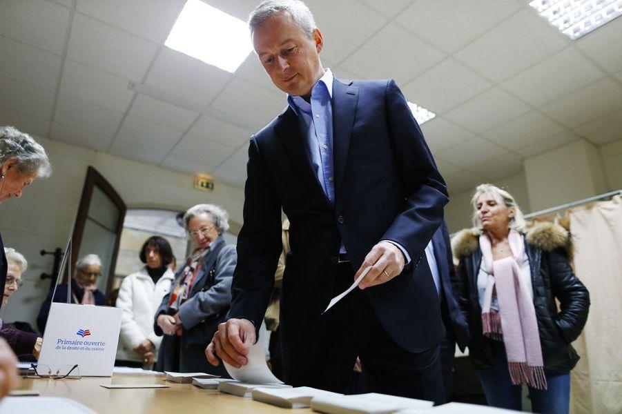Bruno Le Maire prend un bulletin de vote à Evreux, dans l'Eure