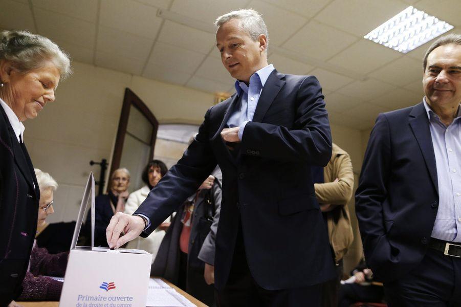 Bruno Le Maire s'acquitte de la contribution de deux euros avant de voter, dimanche