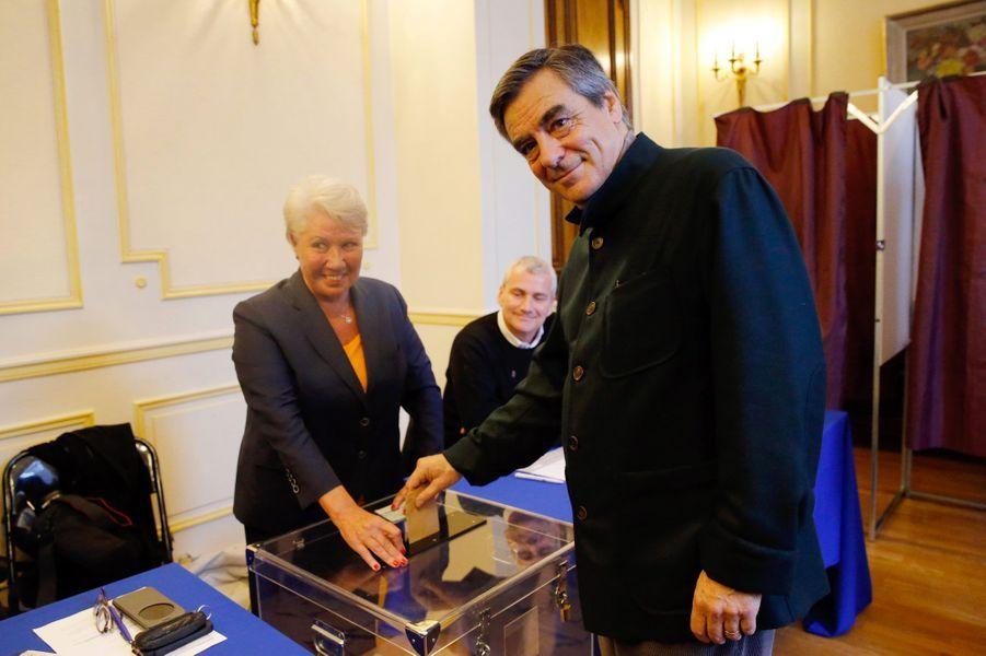 François Fillon glisse son bulletin dans l'urne, dimanche à Paris