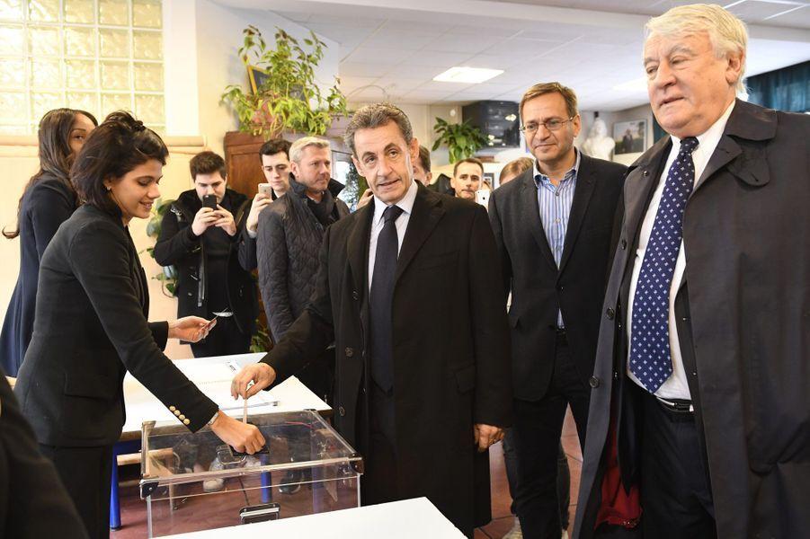 Nicolas Sarkozy glisse le bulletin dans l'urne, à Paris