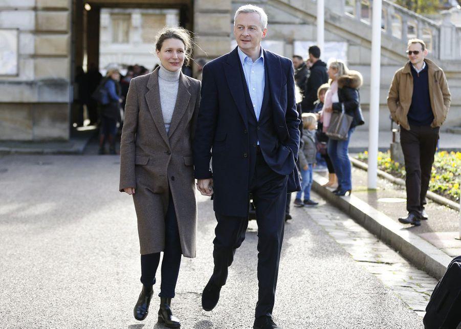 Pauline, l'épouse de Bruno Le Maire, accompagne le député à la sortie du bureau de vote