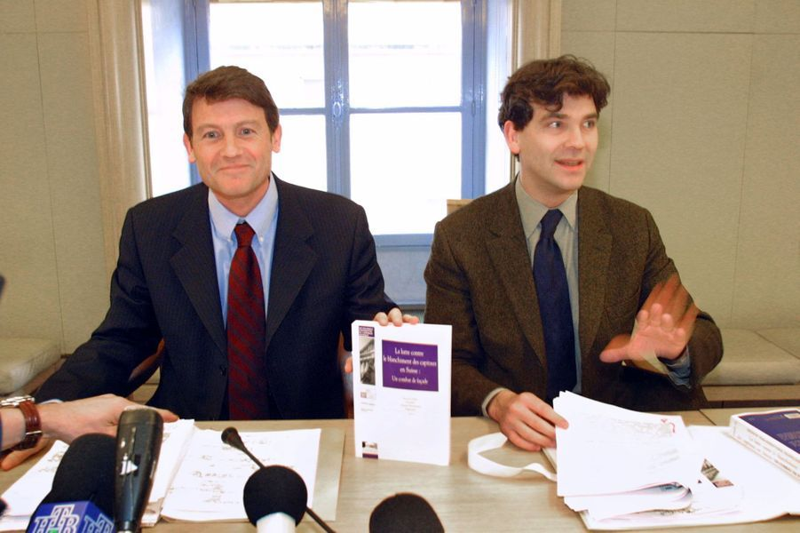 Vincent Peillon et Arnaud Montebourg en février 2001 lors de la présentation d'un rapport parlementaire sur le blanchiment d'argent en Suisse.