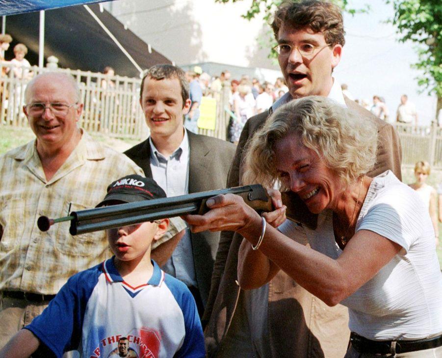 La garde des Sceaux Elisabeth Guigou à la Fête de la rose de Frangy-en-Bresse en août 1999, aux côtés du député Montebourg.