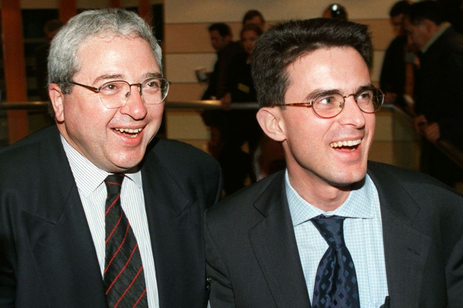 Jean-Paul Huchon, candidat à la présidence de la région Île-de-France, plaisante avec le conseiller régional Manuel Valls en mars 1998.