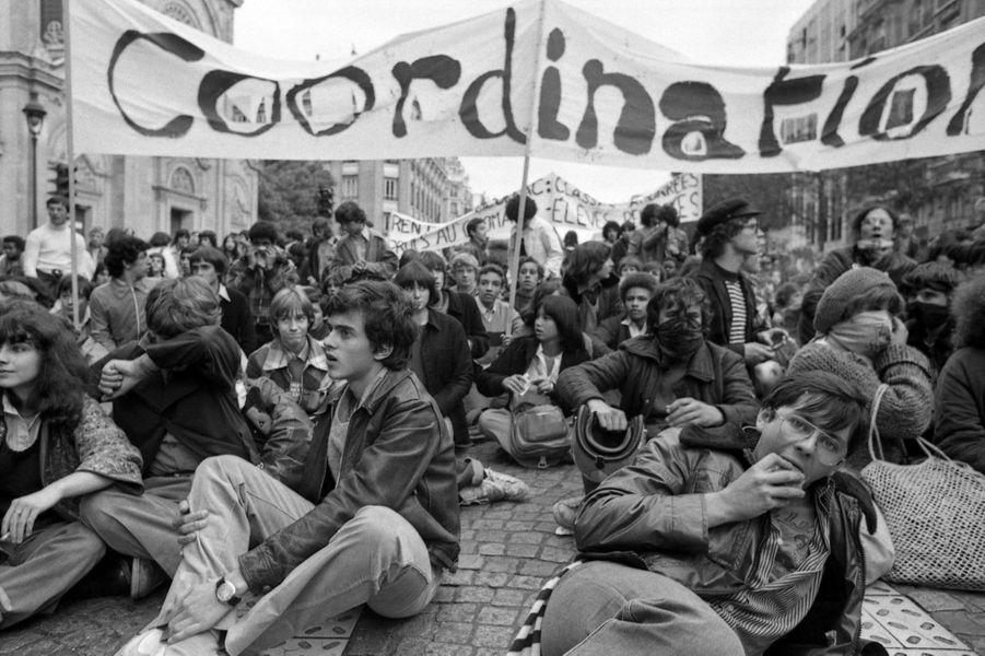 Le jeune Manuel Valls, 16 ans, (assis, au premier plan) participe à une manifestation lycéenne en octobre 1978.
