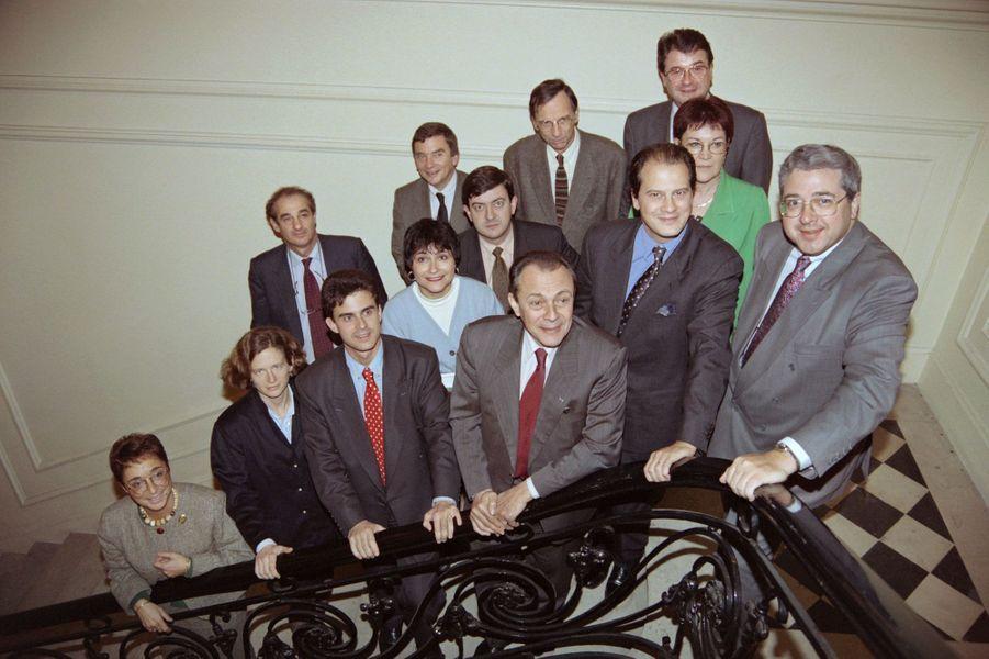 Sur ce cliché de novembre 1993, on retrouve autour de Michel Rocard, nouveau premier secrétaire du PS, le bureau politique du parti : on y compte notamment Manuel Valls (à gauche) et Jean-Christophe Cambadélis (à droite), mais aussi Jean-Luc Mélenchon (immédiatement derrière Rocard).