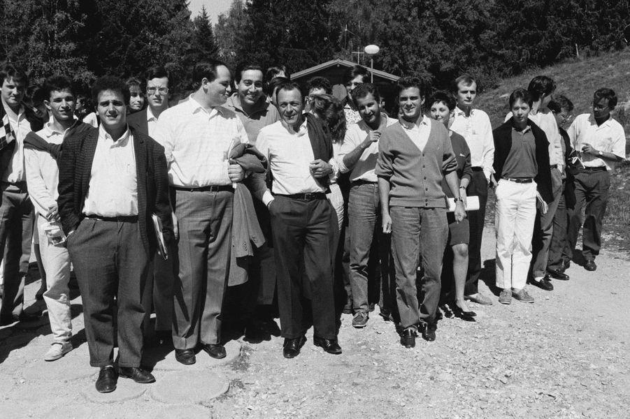 Benoît Hamon (2e à gauche), Michel Rocard (au centre) et Manuel Valls (deuxième à droite de Rocard) en septembre 1986 à l'université d'été des Jeunes rocardiens.
