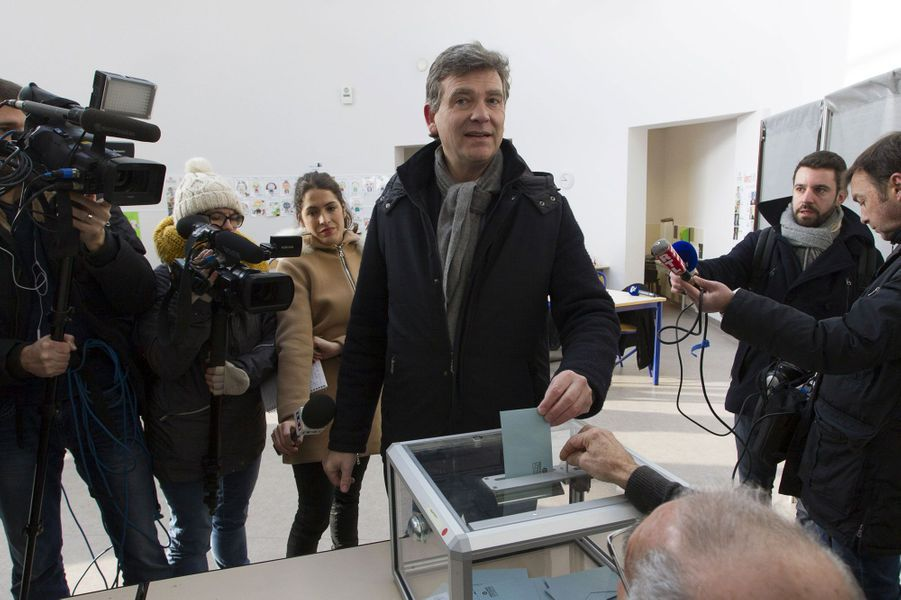 Arnaud Montebourg vote à Montret, en Saône-et-Loire.