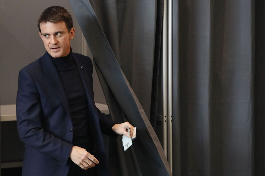 Manuel Valls vote à Evry, dans l'Essonne.