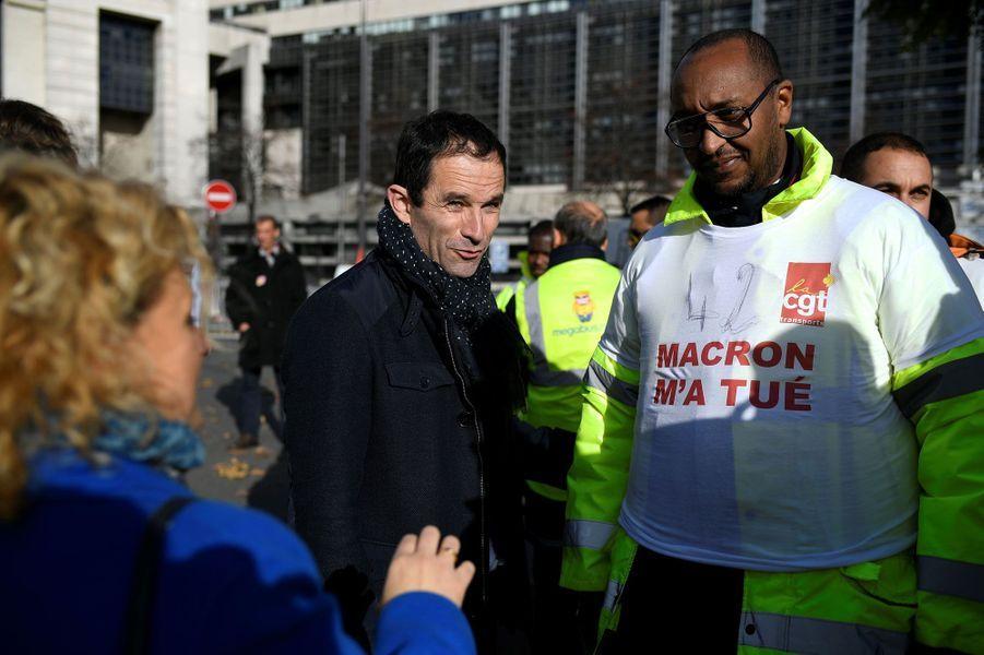 Benoît Hamon discute avec des employés de Megabus, en grève devant le ministère de l'Economie, le 18 novembre 2016.