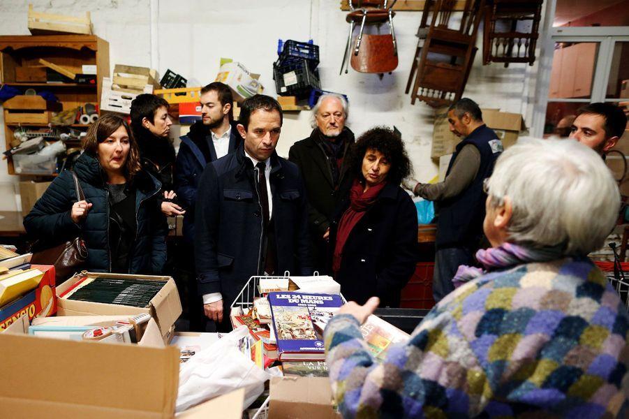 Benoît Hamon visite «Resistes», une recyclerie près de Rouen, le 23 novembre 2016.