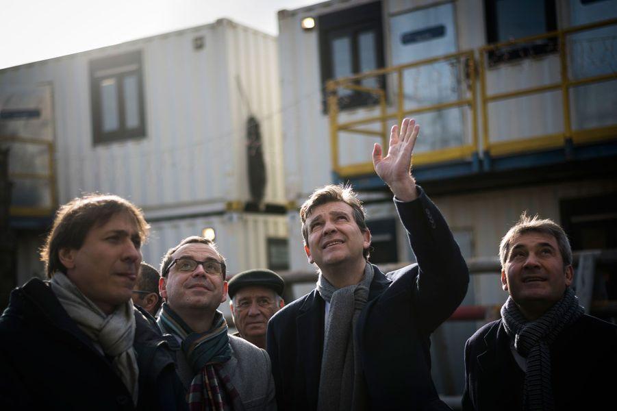 Arnaud Montebourg avec le maire de Ris-Orangis (Essonne), Stéphane Raffali, lors de la visite de sa commune le 5 janvier 2017.