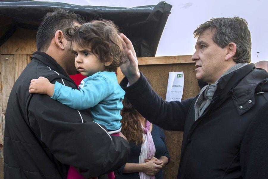 Arnaud Montebourg est reçu par une famille irakienne dans un camp de réfugiés à Grande-Synthe, dans le Nord, le 14 décembre 2016.