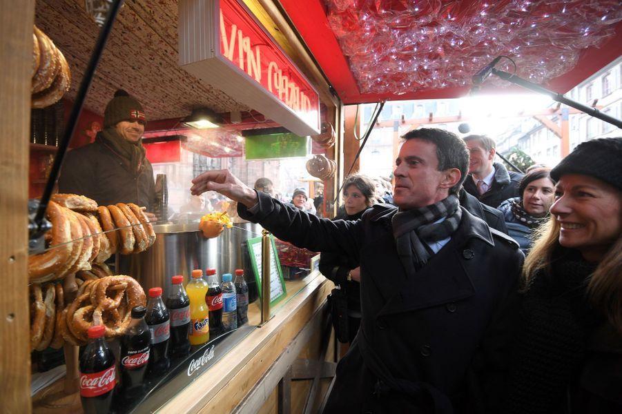 Manuel Valls et son épouse Anne Gravoin visitent le marché de Noël de Strasbourg le 22 décembre 2016.