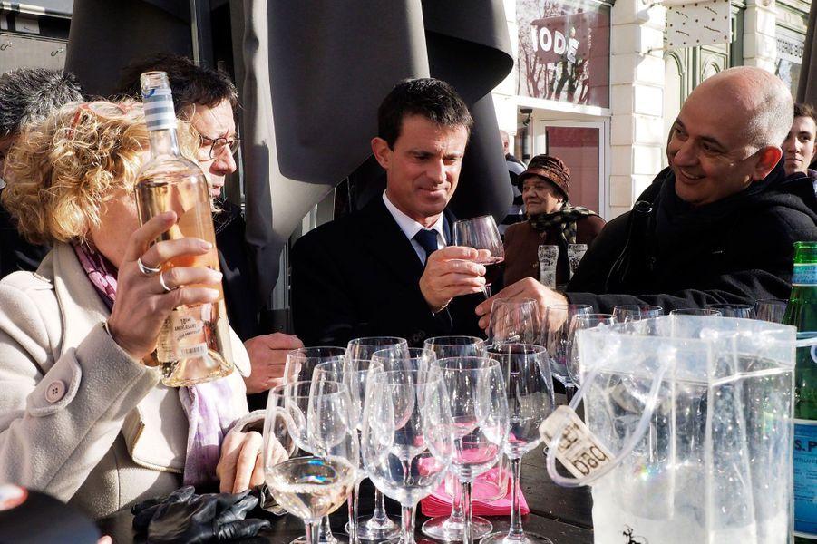 Manuel Valls boit du vin lors de sa visite de Narbonne, le 12 décembre 2016.