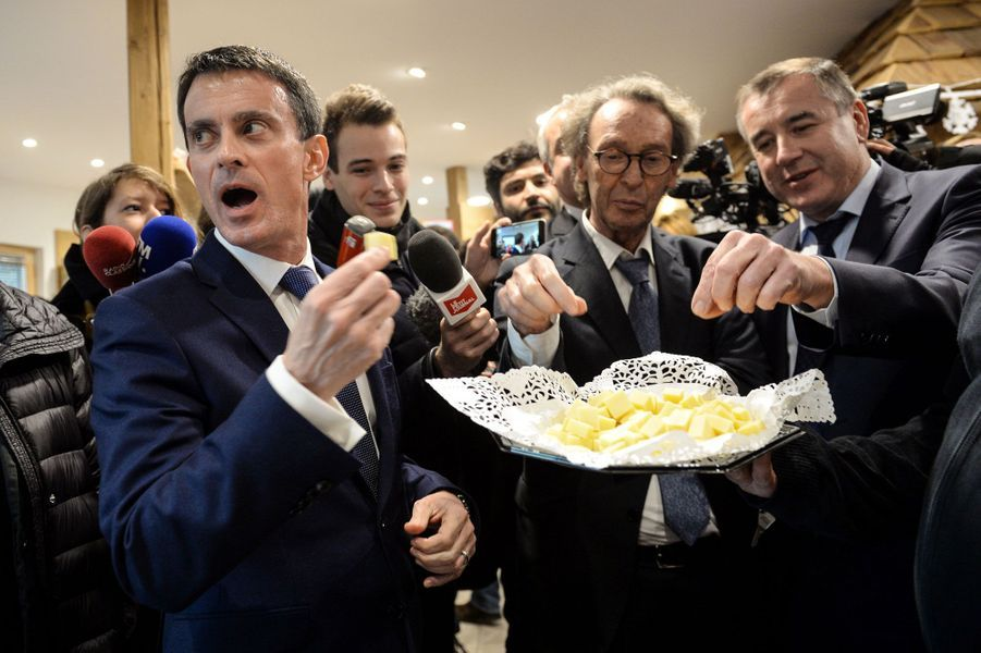 Manuel Valls déguste un plateau de fromages à la fromagerie des Fruitières de Lomont, le 7 décembre 2016 à Noirefontaine, dans le Doubs.