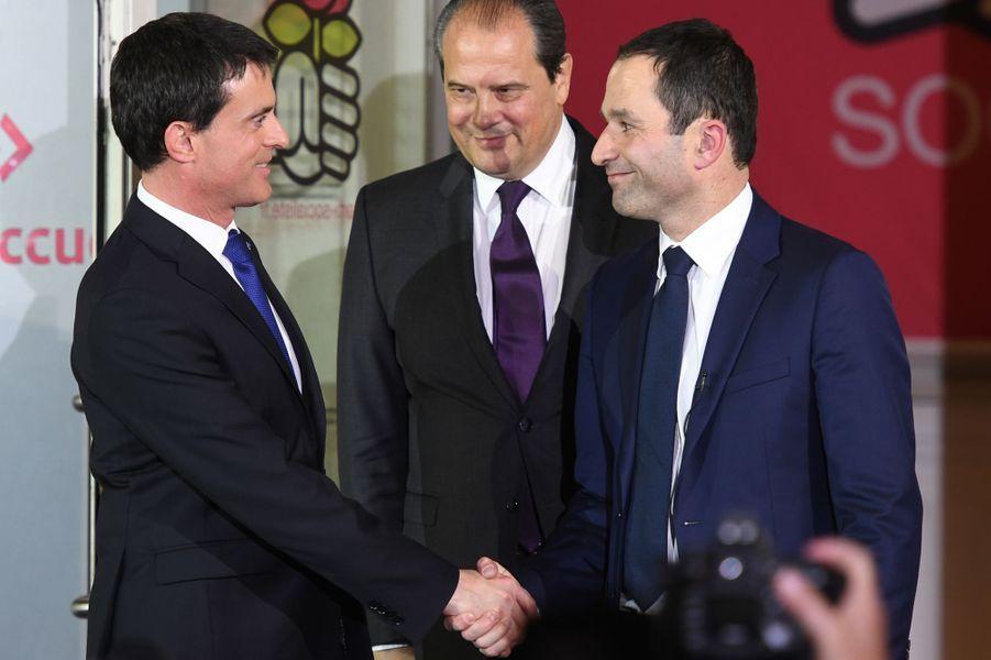 Benoît Hamon, désormais candidat du PS à la présidentielle, a brièvement serré la main de Manuel Valls, sous le regard de Jean-Christophe Cambadélis.
