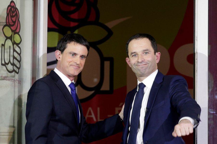 Manuel Valls et Benoît Hamon lors de la poignée de mains après le second tour de la primaire de la gauche.