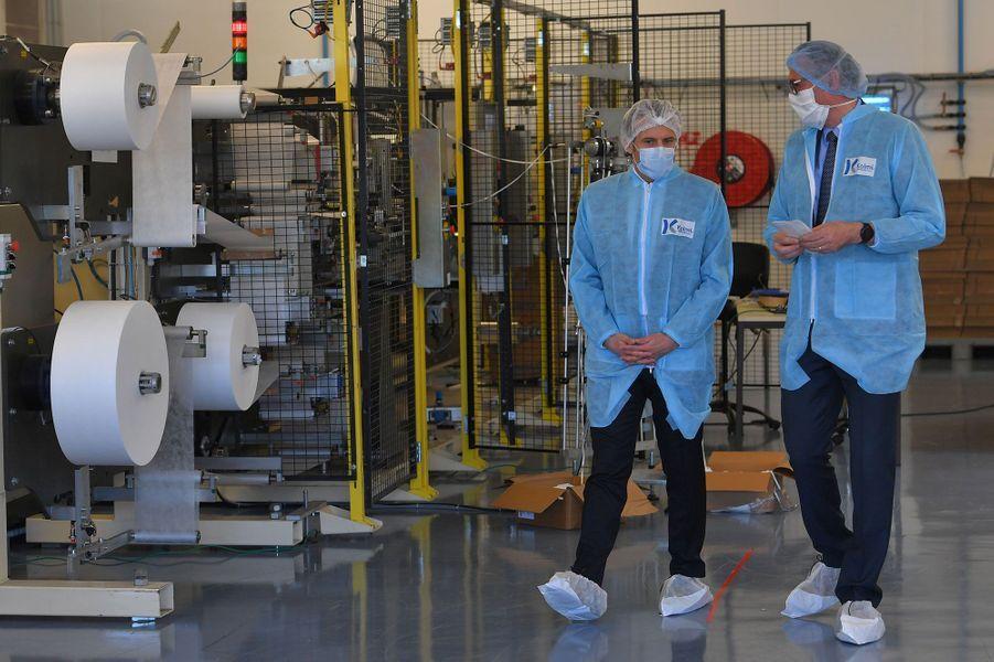 Emmanuel Macron mardi en visite àl'usine de masques de la PME Kolmi-Hopen en périphérie d'Angers.