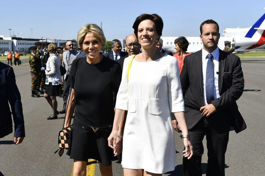 Le Premier ministre belge Charles Michel et sa compagneAmélie Derbaudrenghien ont accueilli jeudi matin Emmanuel et Brigitte Macron à leur arrivée à Bruxelles.