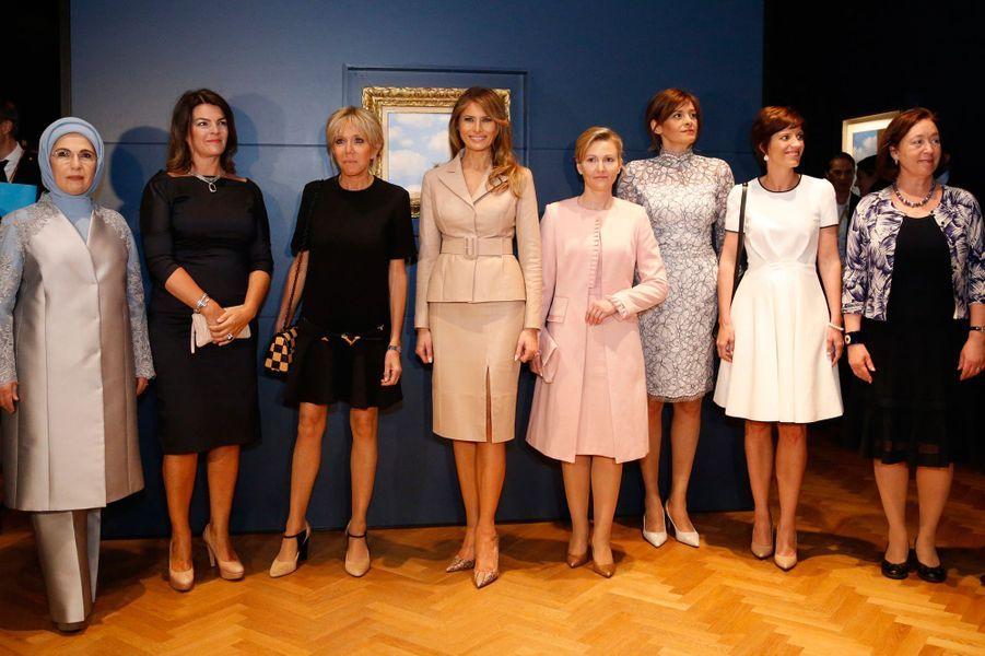 Les premières dames visitent le musée Magritte.