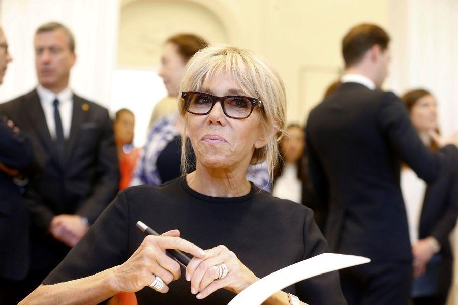 Brigitte Macron visite une boutique de la marque Delvaux, qui se présente comme «la plus ancienne maison de maroquinerie de luxe au monde, fondée en 1829 à Bruxelles».