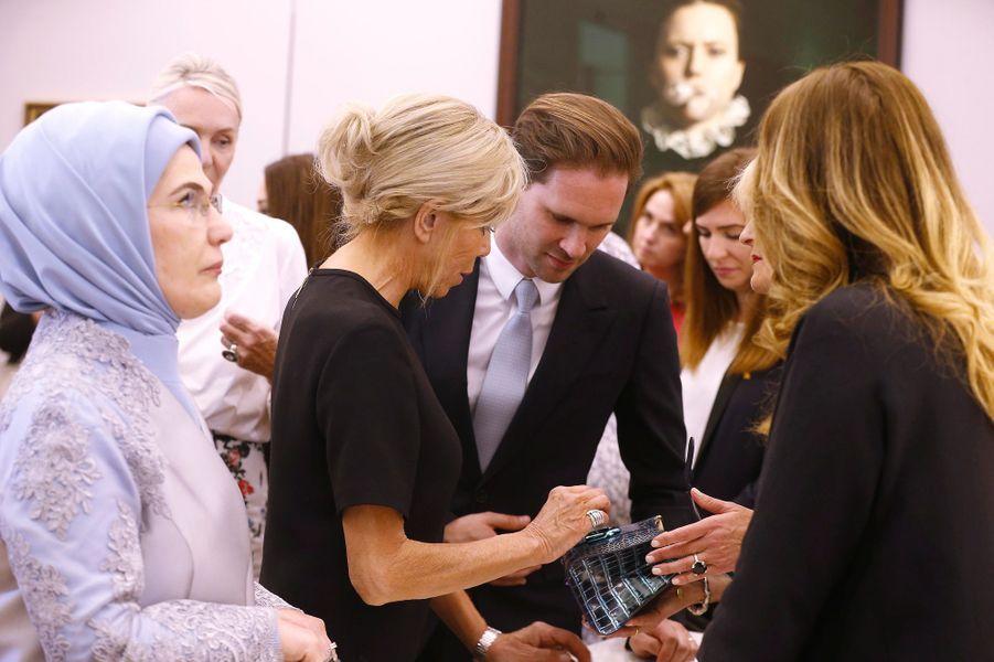 Les premières dames visitent une boutique de la marque Delvaux.