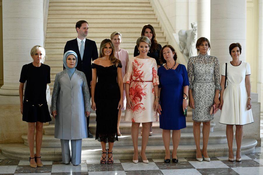 AuChâteau de Laeken (de gauche à droite)Brigitte Macron (France), Emine Erdogan (Turquie), Gauthier Destenay (Luxembourg), Melania Trump (Etats-Unis), Mojca Stropnik (Slovénie), la reine Mathilde, Thora Margret Baldvinsdottir (Islande), Ingrid Schulerud- Stoltenberg (Norvège), Desislava Radeva (Bulgarie) et Amelie Derbaudrenghien (Belgique)