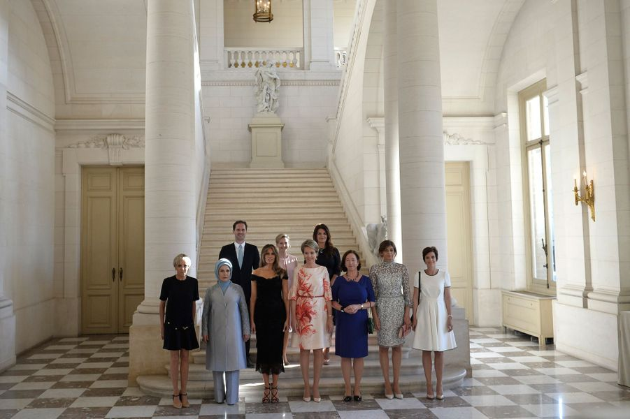 Brigitte Macron, Melania Trump, les «premières dames» et Gauthier Destenay auChâteau de Laeken, reçus par l'épouse du roi Philippe, la reine Mathilde.