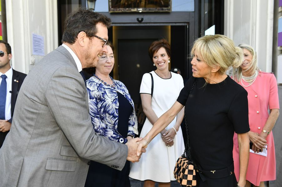 Poignée de mains entre le directeur des Musées royaux des Beaux-Arts de Belgique, Michel Draguet, et Brigitte Macron.