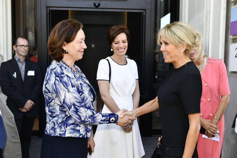 Brigitte Macron salue Ingrid Schulerud, l'épouse du secrétaire général de l'Otan, Jens Stoltenberg.