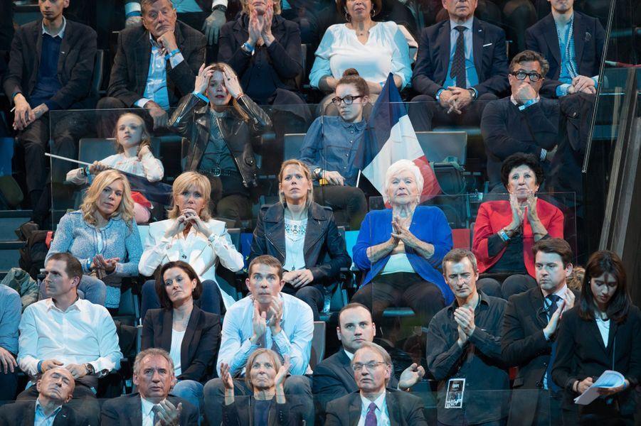 Line Renaud au meeting de Bercy. Elle est assise entre la mère d'Emmanuel Macron (en rouge) et la belle-fille du candidat Tiphaine Auzière.