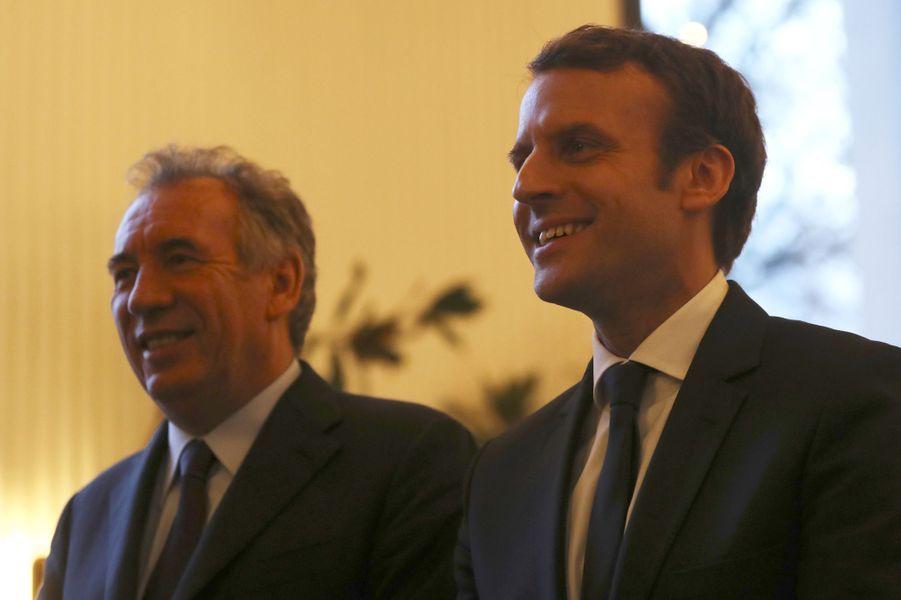 Le 22 février, lors d'une conférence de presse, François Bayrou a renoncé à briguer pour la quatrième fois l'Elysée, mais a proposé une «alliance» à Emmanuel Macron, immédiatement acceptée par l'intéressé.François Bayrou avait posé comme principale exigence la promesse d'une loi de «moralisation de la vie publique», notamment s'agissant des «conflits d'intérêts». Des mesures qu'Emmanuel Macron a ajouté à son programme.