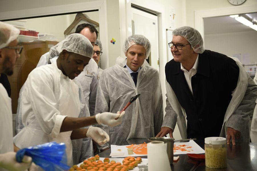 Jean-Marc Borello, président-fondateur du groupe SOSDans les colonnes du «Parisien»,Jean-Marc Borello (en veste noire sur la photo) justifiait son soutien: «Doué pour convaincre et rapprocher les points de vue, Emmanuel Macron - que j'ai connu lorsqu'il était mon élève à Science-Po - a une grande capacité d'écoute et beaucoup d'énergie. Il sait où il va».