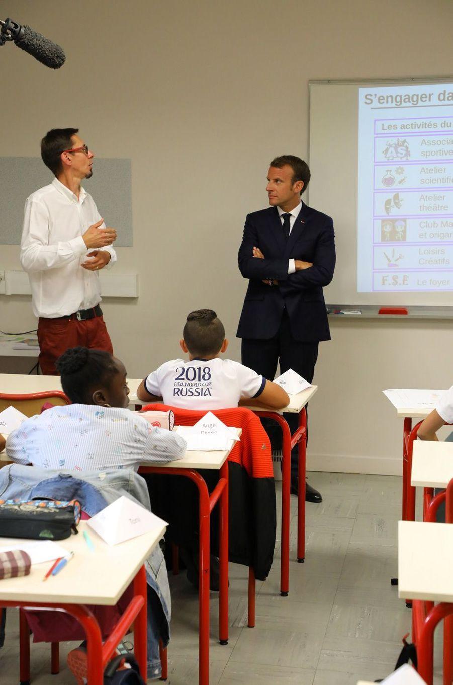 Emmanuel Macrona été accueilli lundi matindans un collège de Lavaloù il a assisté à la rentrée des classes des élèves de 6e.