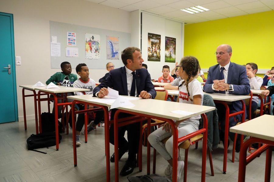 Emmanuel Macron et Jean-Michel Blanquer ont été accueillis lundi matindans un collège de Laval.