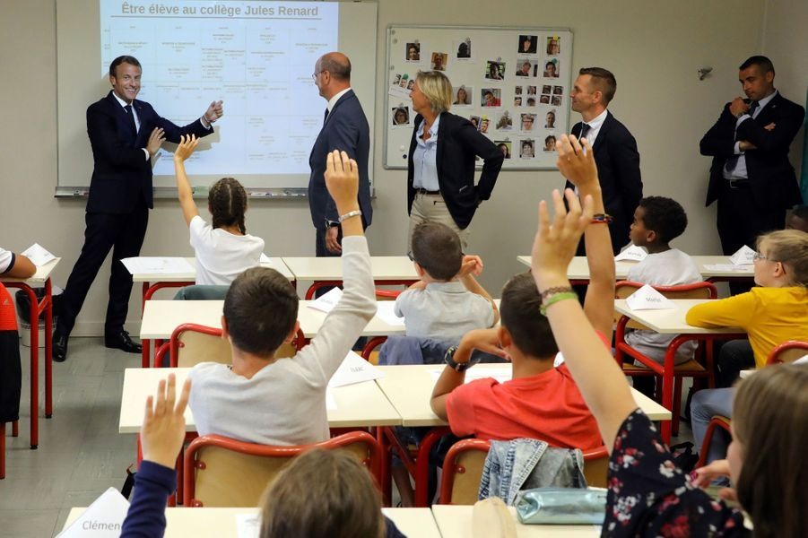 Emmanuel Macrona été accueilli lundi matindans un collège de Laval, avec Jean-Michel Blanquer et Sophie Cluzel.