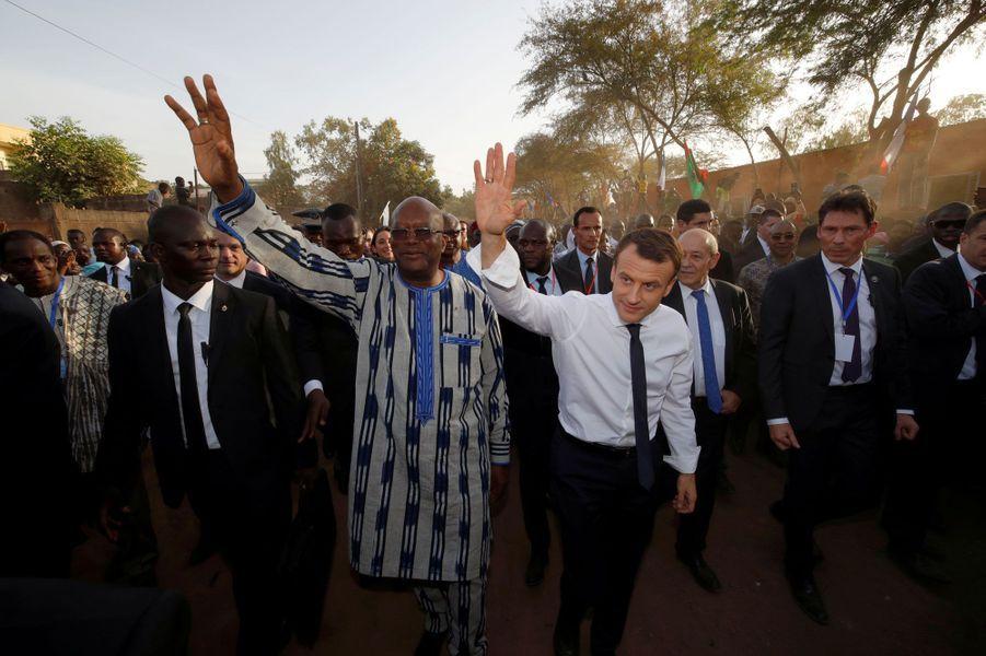 Le président du Burkina Faso,Roch Marc ChristianKaboré, et le président français, Emmanuel Macron, à leur arrivée à l'écoleLagem Taaba.