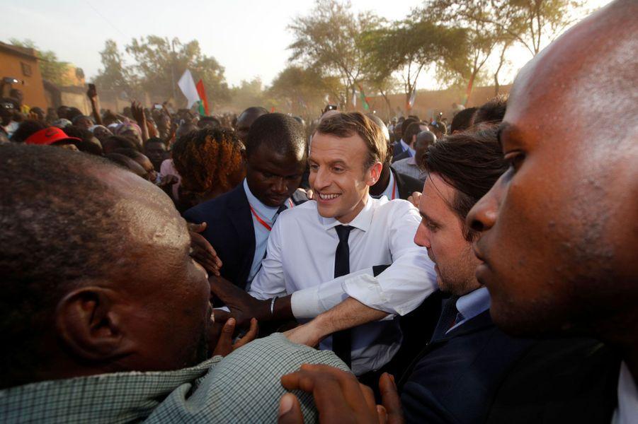 Bain de foule pour Emmanuel Macron devant l'écoleLagem Taaba, à Ouagadougou.