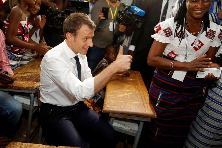 Le président Macron, installé parmi les élèves de l'école.