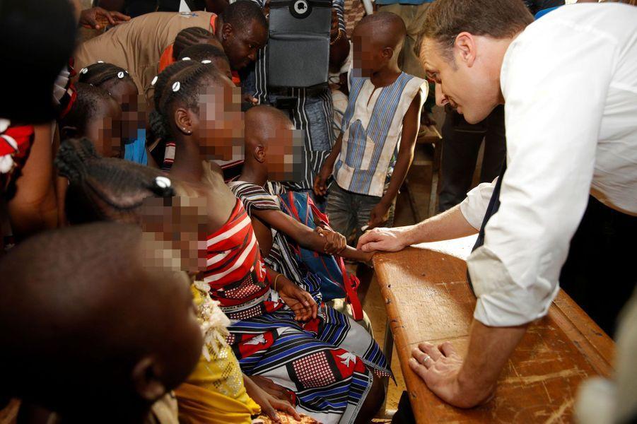 Le président Macron échange avec les élèves de l'écoleLagem Taaba, à Ouagadougou.
