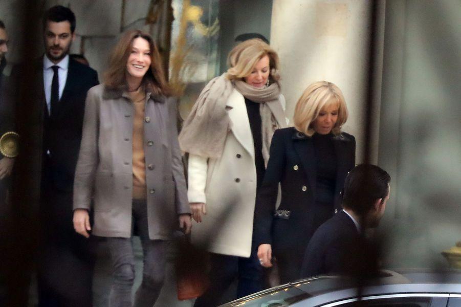 Brigitte Macron a reçu Carla Bruni et Valérie Trierweiler à déjeuner jeudi au palais présidentiel.