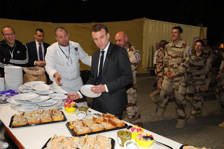 Emmanuel Macron parmi les soldats français déployés à N'Djamena, au Tchad, le 22 décembre 2018.