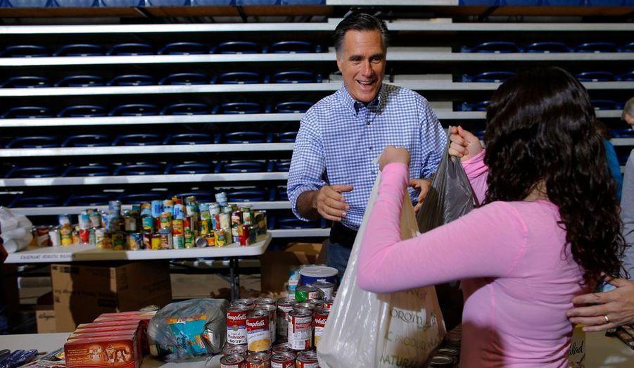 Le candidat républicain Mitt Romney a participé à une collecte de vivres pour les sinistrés de Sandy, mardi, à Kettering dans l'Ohio. Il reprendra sa campagne électorale mercredi par un déplacement en Floride.
