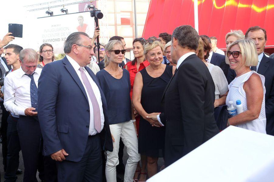 Jean Pierre Caillot, président du stade de Reims, Sophie Kopa et Nadine Boucher, les filles de Raymond Kopa, et Nicolas Sarkozy lors de l'inauguration du centre de vie «Raymond Kopa» au Stade de Reims.