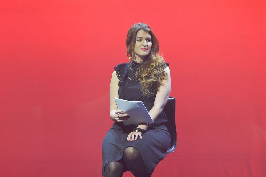 """Marlène Schiappasur la scène de Bobino pour une lecture des """"Monologues du vagin""""."""