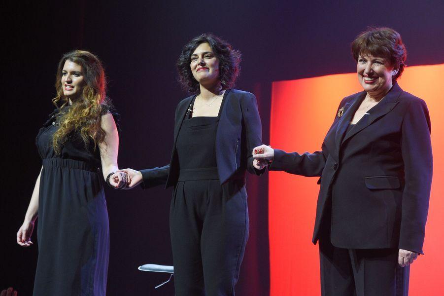 """Marlène Schiappa,Myriam El Khomri etRoselyne Bachelot sur la scène de Bobino pour une lecture des """"Monologues du vagin""""."""