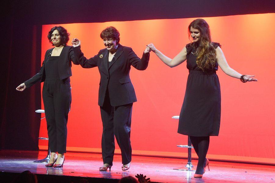 """Myriam El Khomri,Roselyne Bachelot et Marlène Schiappasur la scène de Bobino pour une lecture des """"Monologues du vagin""""."""